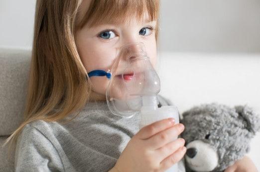 menina usando inalador | como tratar sinusite