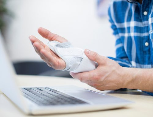 Quais são os sintomas de lesão por esforço repetitivo?