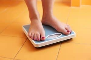 O controle de peso ajuda como evitar varizes