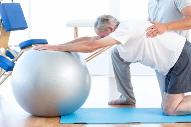 idoso | bola suíça | pilates | equipamentos