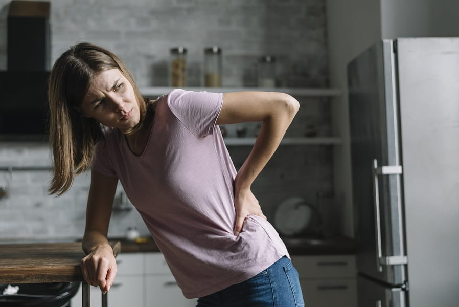 mulher com dor nas costas- tratamentos para hérnia de disco
