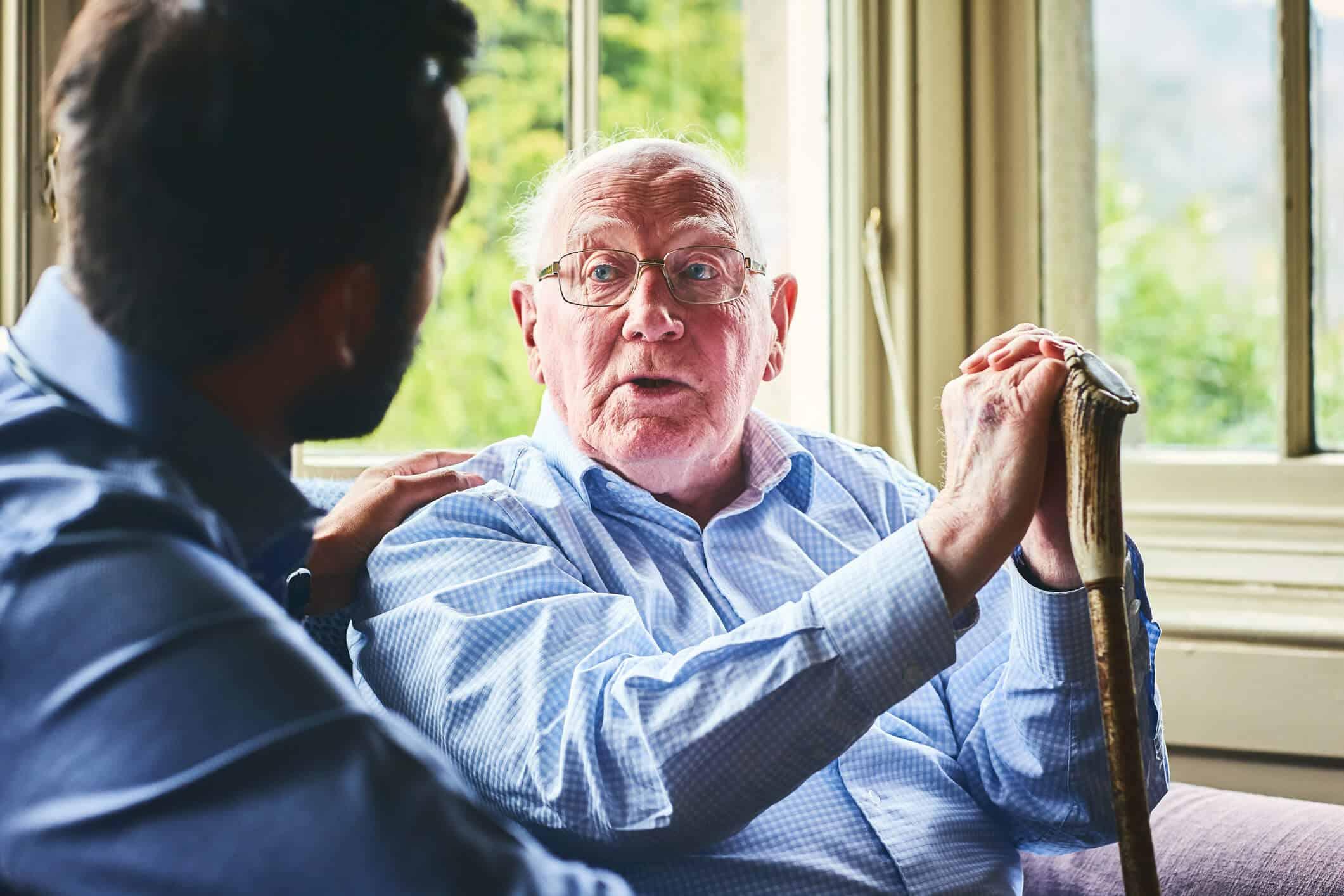 Idoso conversando com cuidador | cuidado com idosos