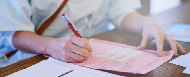 Mulher profissional da saúde preenche formulário   como fazer anamnese
