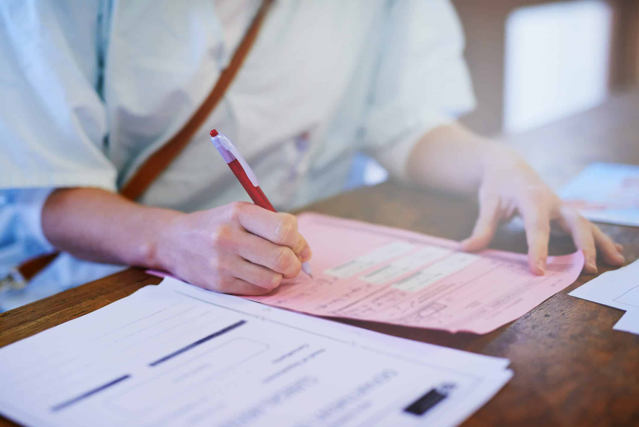 Mulher profissional da saúde preenche formulário | como fazer anamnese