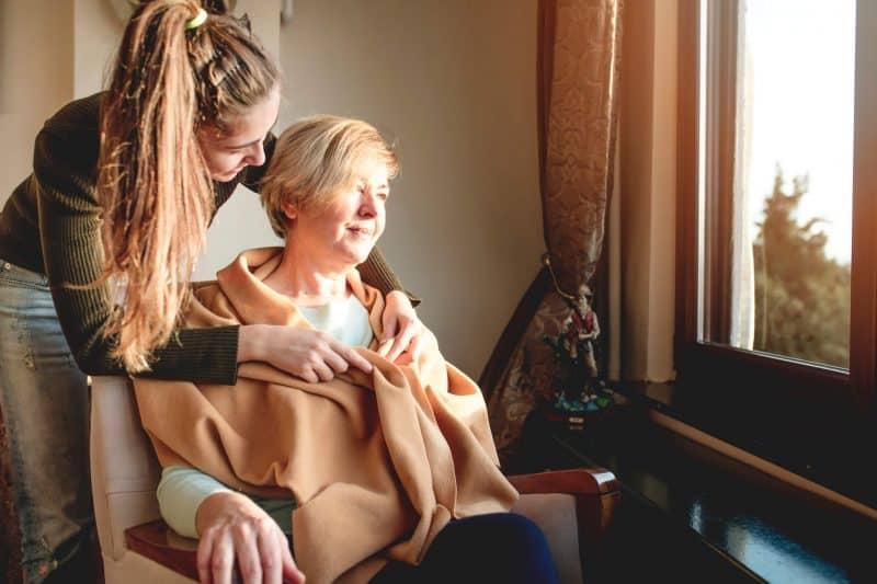 Mulher idosa branca acompanhada de mulher jovem branca | esclerose multipla sintomas