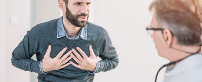 Homem branco e jovem em consulta com médico | Falta de ar
