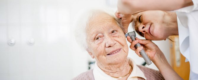 Mulher idosa e branca é examinada com otoscópio | Saiba quais são os principais aparelhos hospitalares