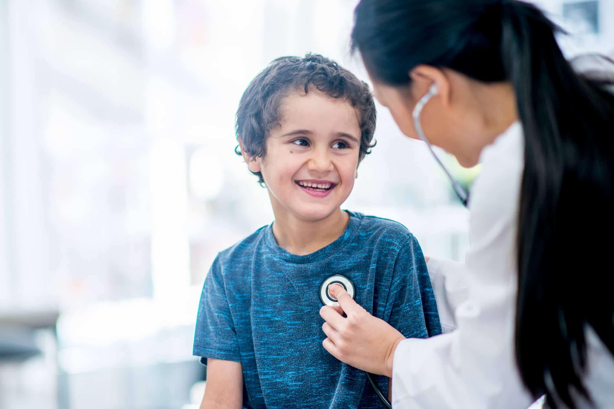 Pediatra examina menino | Como estudar pediatria e se tornar um otimo profissional