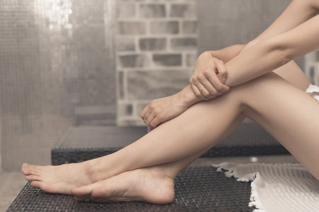 pernas femininas cruzadas em spa | Contraindicações ao uso da meia de compressão