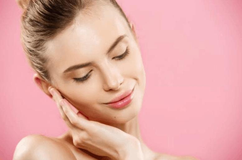 mulher jovem com a mão no rosto | colageno-hidrolisado-engorda