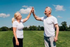 Casal de idosos em paisagem verde   Como controlar a pressão