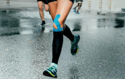 mulher correndo com meias de compressão | beneficios-da-compressao