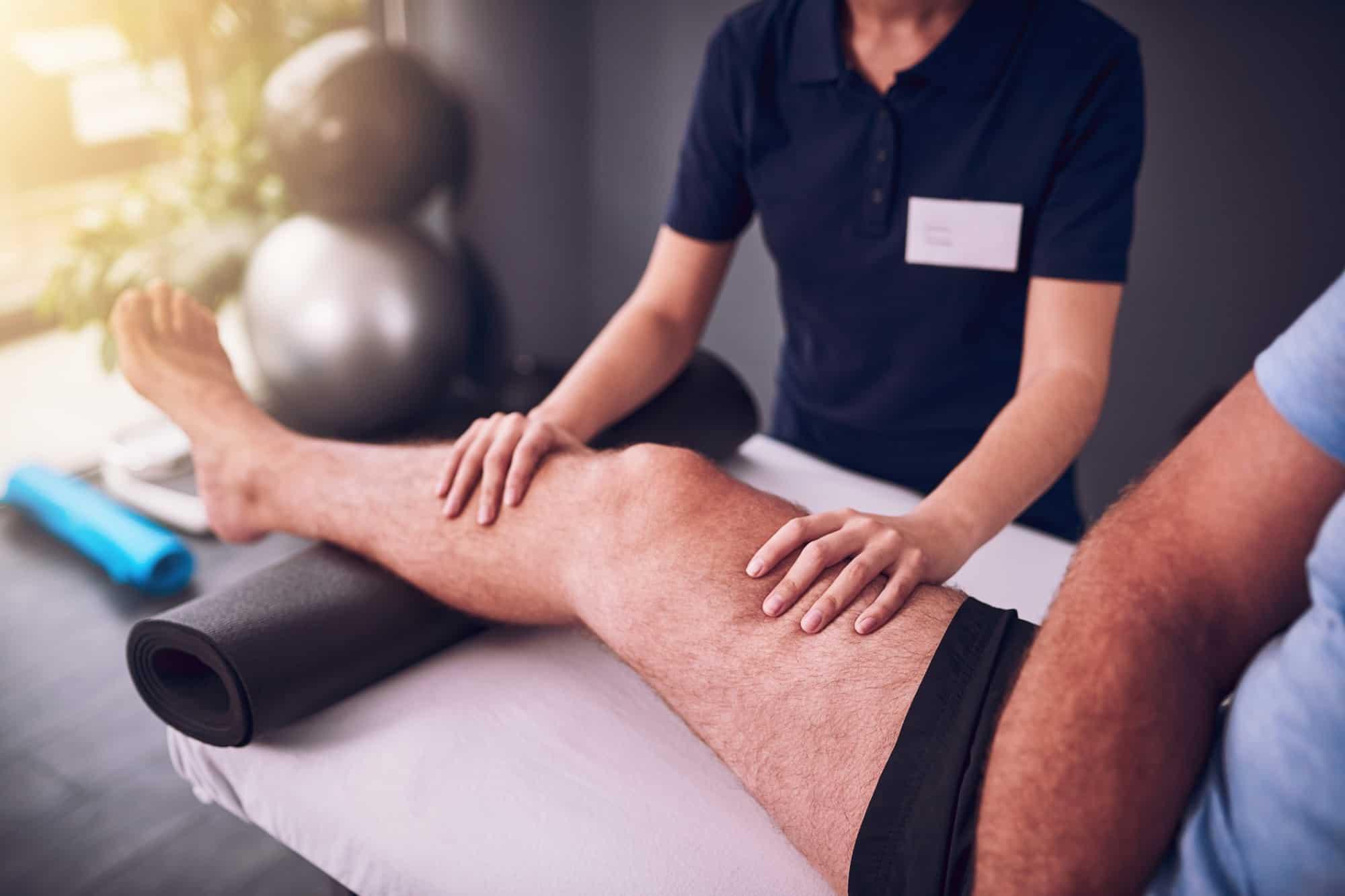 perna sendo massageada | o-que-e-artrose