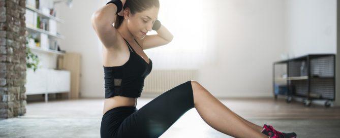 mulher fazendo exercícios aeróbicos em casa