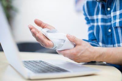 sintomas de lesão por esforço repetitivo