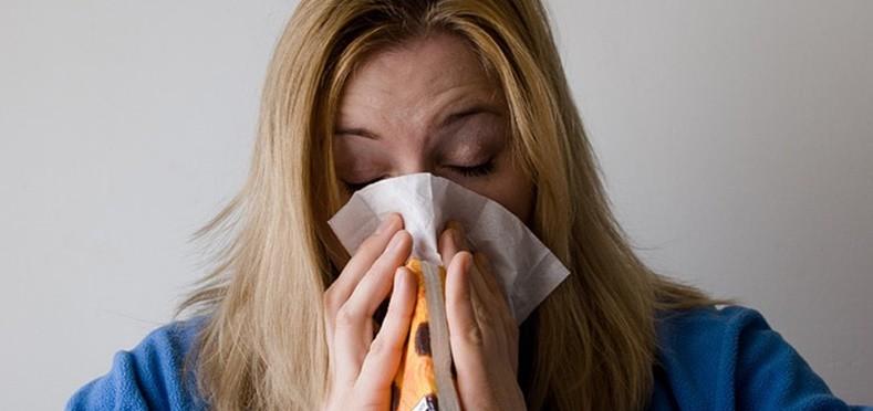 mulher espirrando | principais-disturbios-doencas