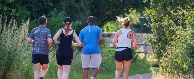 homens e mulheres caminhando | hipertensão e atividade física
