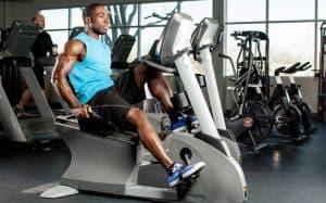 Homem fazendo exercício na bicicleta ergométrica (foto: uscombatsports)