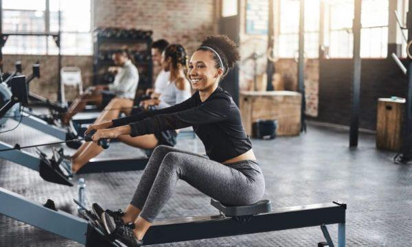Mulher praticando remo na academia (foto: popsugar)