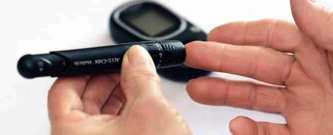 furando o dedo para medir a glicose | como furar o dedo para medir glicose