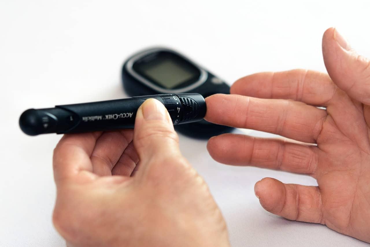 Como furar o dedo para medir glicose?