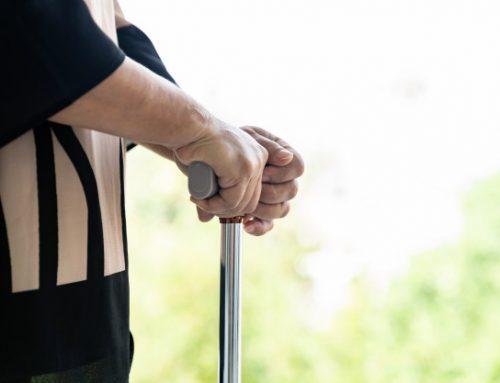 Você sabe quando um idoso deve começar a usar bengala?