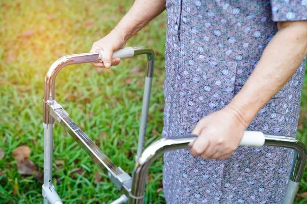 melhor andador para idosos