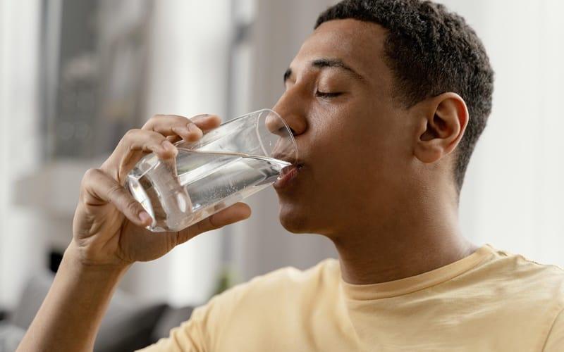 quantos litros de água devemos beber por dia